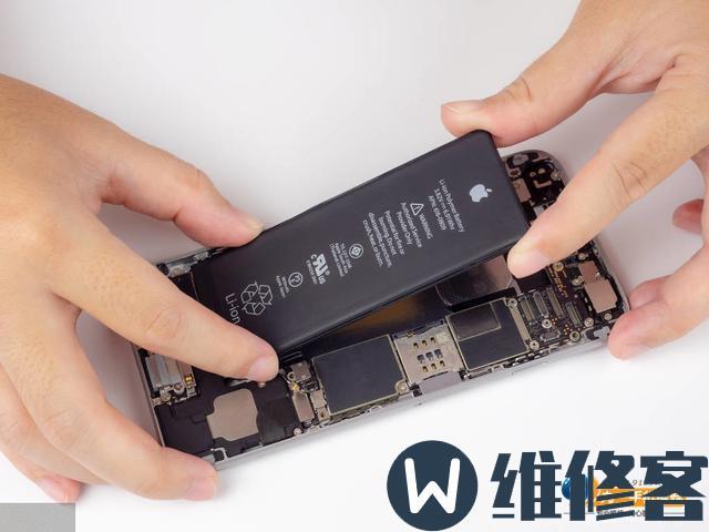 上海苹果维修点解答iPhone8p电池鼓包是否可以继续使用?